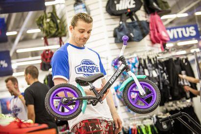 Lapsi oppii pyöräilyn paremmin potkimalla kuin polkemalla –potkupyörät ovat jo lappilaistenkin lapsiperheiden suosiossa