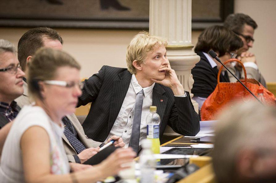Keskustan Matias Ojalehto ohjeisti Anna-Kaisa Lepistöä kesken äänestyksen.