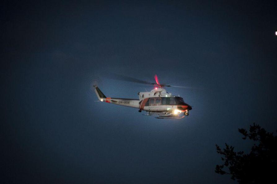 Sepe nousee yötaivaalle. Myös pelastushelikopteria tarvitaan kelloon katsomatta.