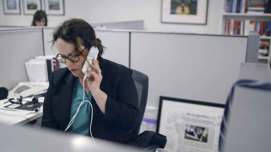 The New York Timesin Valkoisen talon kirjeenvaihtaja Maggie Haberman saa puhelun presidentiltä. Donald Trumpin suosio on ailahtelevaa, sillä vain vähän aiemmin Habermanin kollega on saanut porttikiellon Trumpin lehdistötilaisuuteen.