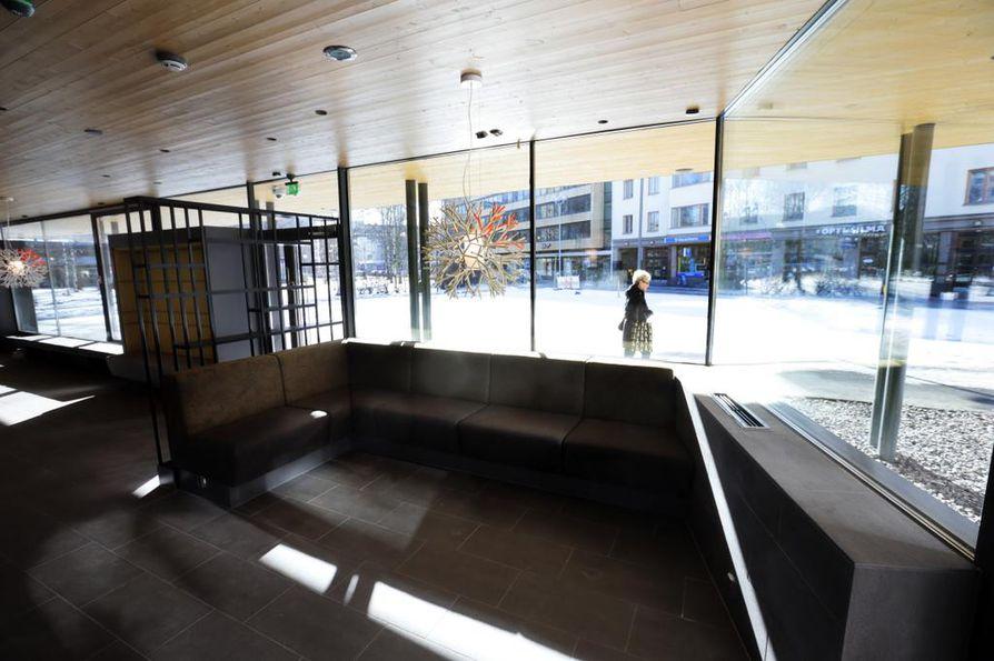 Puistokahvila Makiassa on suuret ikkunat, joista sisään pääsee paljon päivänvaloa.