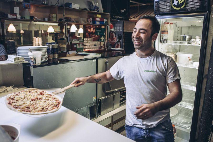 Aso Aziz, 31, pyörittää Vantaan Martinkeskuksessa sijaitsevaa pitseriaa. Hän aikoo perustaa Helsinkiin aidon kurdilaisen ruokaravintolan.