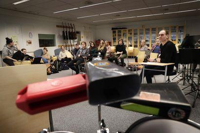 """Oulun lukiot ovat siirtymässä sähköisiin materiaaleihin – """"Entistä enemmän maailma näyttää olevan matkalla siihen suuntaan"""""""