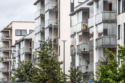 Vaaratilanne Kemissä: Ylimmän kerroksen parvekelasi rysähti suoraan jalkakäytävälle