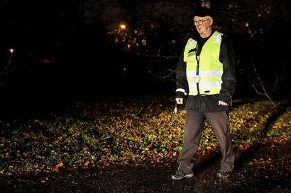 Ilman heijastinta näyt liian myöhään – Esko Palovaara on jakanut heijastimia pimeille jalankulkijoille jo yli 30 vuotta