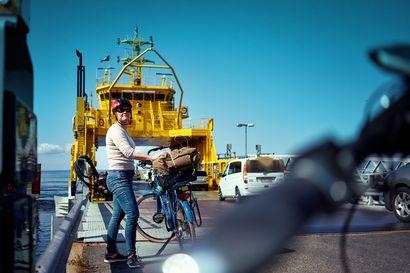 Pyöräilijä on Hailuoto-retken kuningas – lautalle mahtuu aina eikä pyöräilijän tarvitse koskaan jonottaa