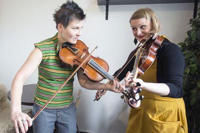 Roots-musiikista tuttu viisikielinen viulu vei Suvi Oskalan sydämen – myi tavallisen viulunsa pois ja tähtää nyt maailman konserttilavoille