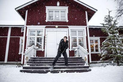 Punaisissa Laurin taloissa toimii nyt hotelli – tältä näyttävät huoneet yli satavuotiaissa hirsirakennuksissa