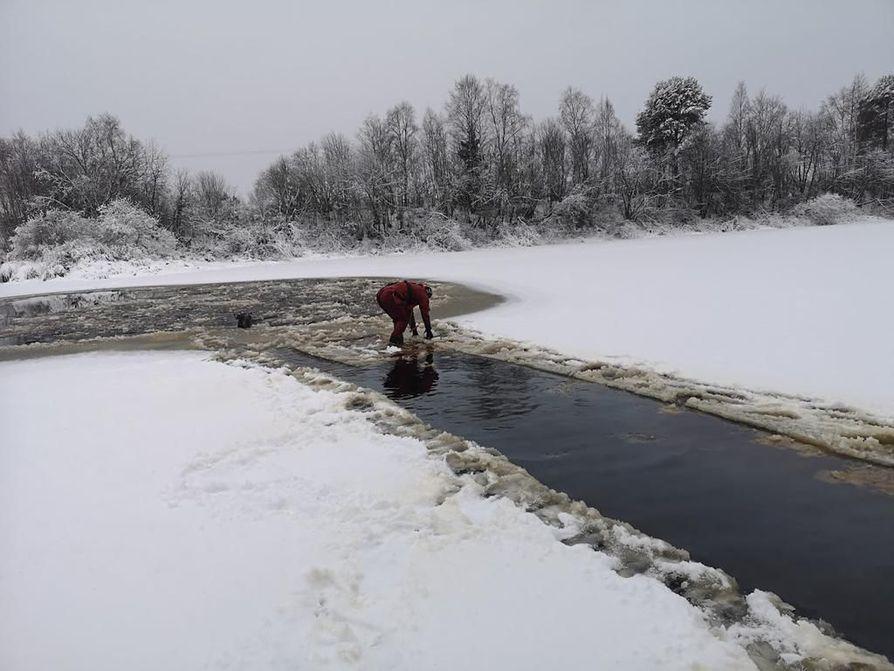 Pelastuslaitoksella on kova urakka sahata jäähän väylää rantaan asti.