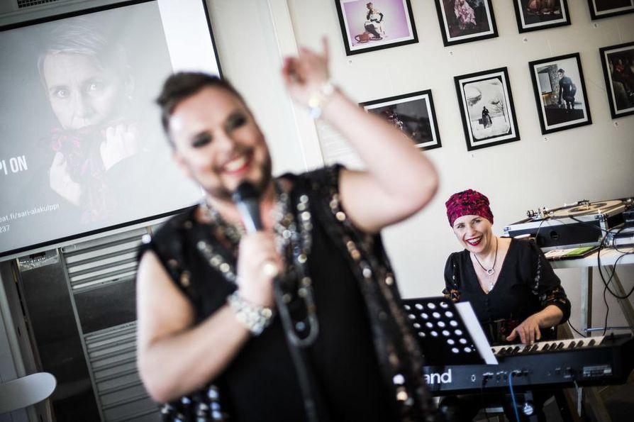 Sari Sanneli Alakulpin vaalikampanjan avausta juhlitaan karnevaalitunnelmissa. Drag-artisti Pola Ivanka viihdyttää yleisöä, ehdokas itse säestää. Alakulppi käyttää vaaleissa lisänimeä Sanneli, koska etenkin musiikki- ja teatteripiireissä moni tuntee hänet tällä lempinimellä.