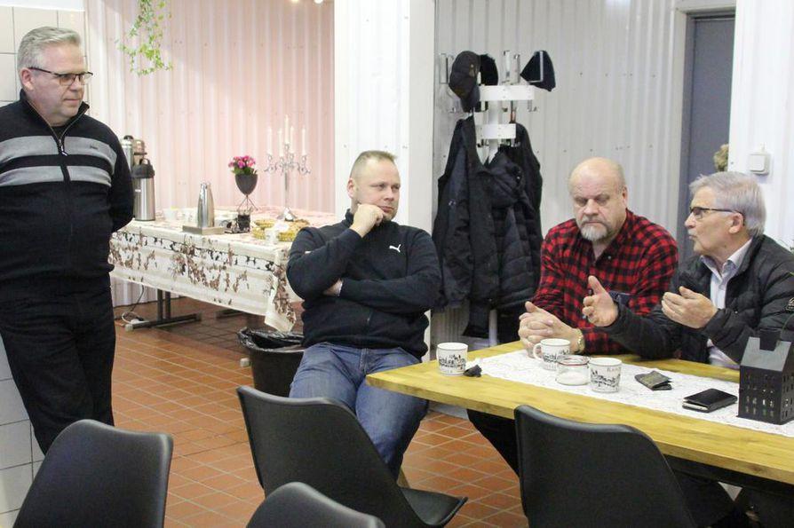 Suurpetoasiantuntija Tapio Visuri kuunteli herkällä korvalla, mitä mieltä paikalliset ovat suden ulosteen keruusta. Pöydän äärellä Risto Paakkonen, Sulo Heikkinen ja Ilmari Ojakoski.