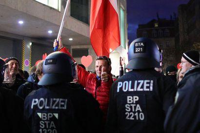 Koronatoimien vastaiset mielenosoitukset muuttuneet väkivaltaisiksi Saksassa