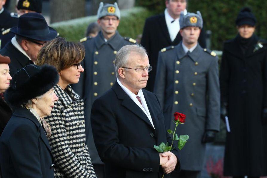 Rouva Tellervo Koivisto, Assi Koivisto-Allonen ja Heikki Allonen presidentti Mauno Koiviston hautamuistomerkin paljastustilaisuudessa.