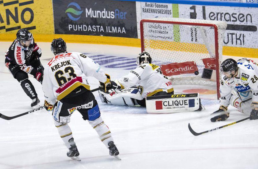 Jarkko Immonen sivaltaa paluukiekosta JYP:n 2–0-maalin. Maalivahti Joel Blomqvist sekä puolustajat Jakub Krejcik ja Mikko Niemelä ovat voimattomia.