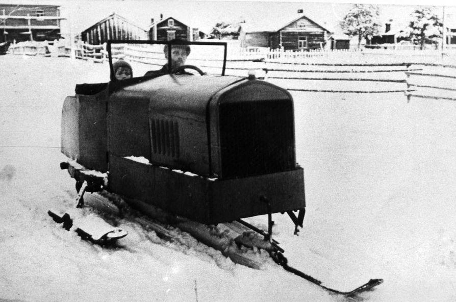Oskari Pohjola Oiva-poikansa kanssa vuonna 1928 keksimässään lumikiiturissa. Sen kerrottiin saavuttaneen yli sadan kilometrin tuntinopeuden.
