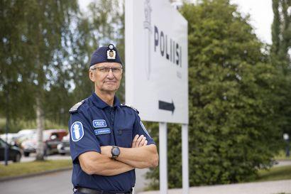 """Poliisi varautuu rajuihin leikkauksiin –""""Tämä tuli yllätyksenä"""", Oulun poliisilaitoksen apulaispoliisipäällikkö Arto Karnaranta sanoo"""