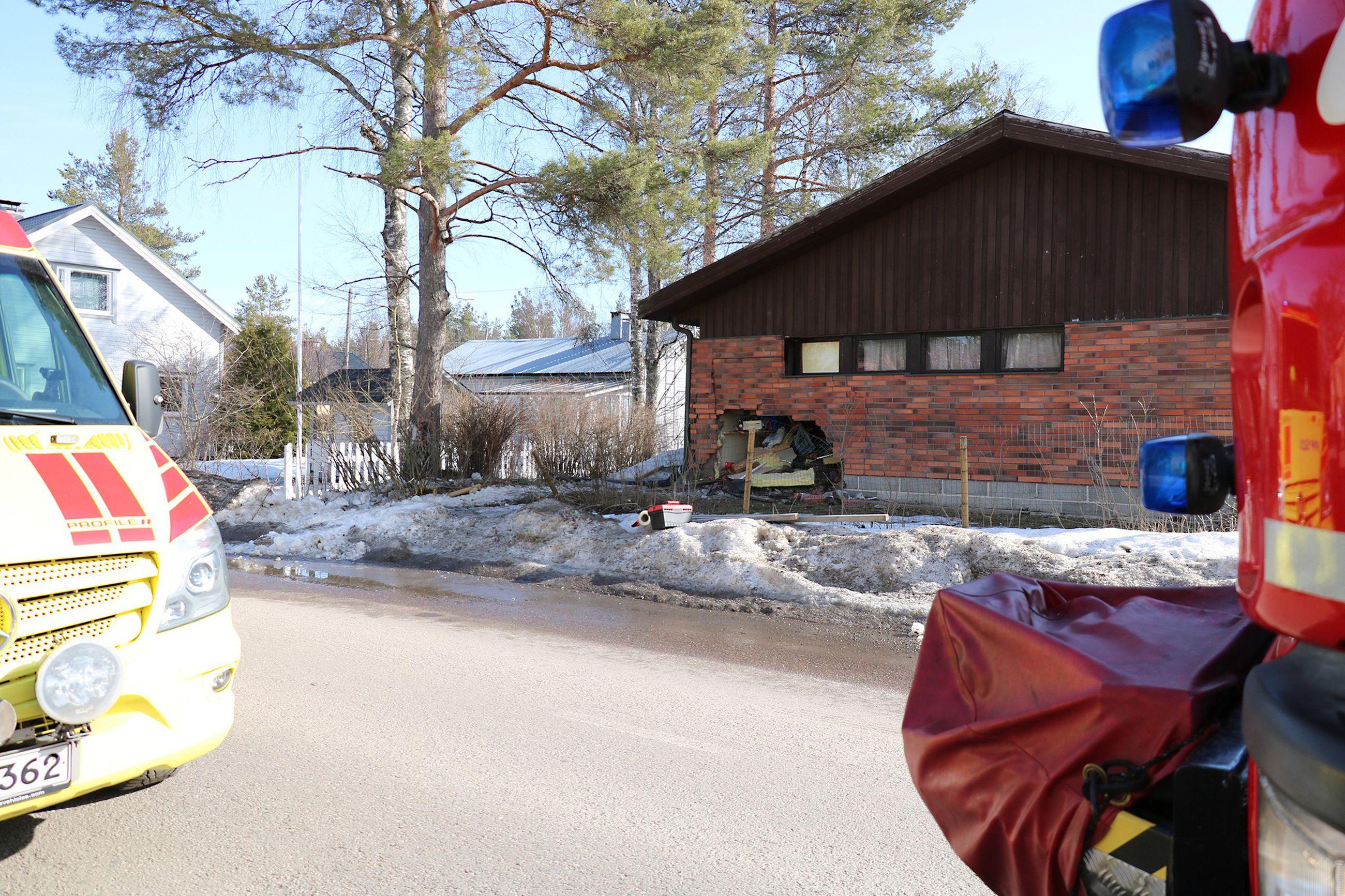 Poliisi Tutkimassa Onnettomuuspaikkaa: Auto Ajoi Seinään Oulaisissa