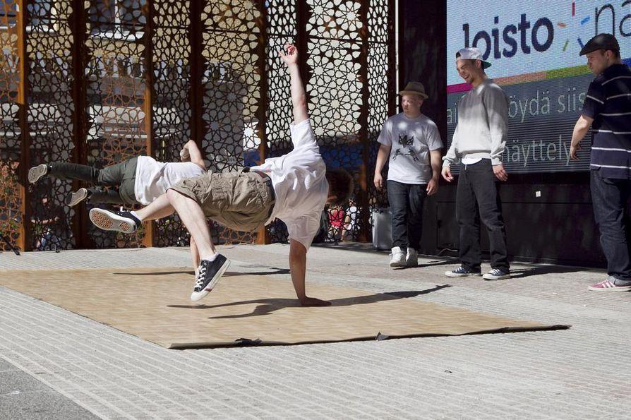 Oulun katutanssijat esiintyivät julkistamistilaisuudessa.