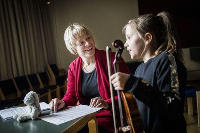 Sanna Ahvenjärvi kannustaa  lapsia ja nuoria: Kaikki oppilaat saavat säveltää