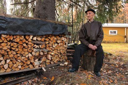"""Taivalkoskelainen Erkki Moilanen, 96, latoi tuossa halot kuivumaan – """"Kun kylälle menee ja saa jutella ihmisten kans, se paljon piristää ja virkistää"""""""