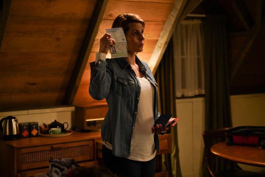 Silvia Petersen (Cecilie Stenspil) vaihtaa tiuhaan ulkonäköään ja passiaan pakoillessaan pahamaineista rikollispomoa Uuteen-Seelaantiin.