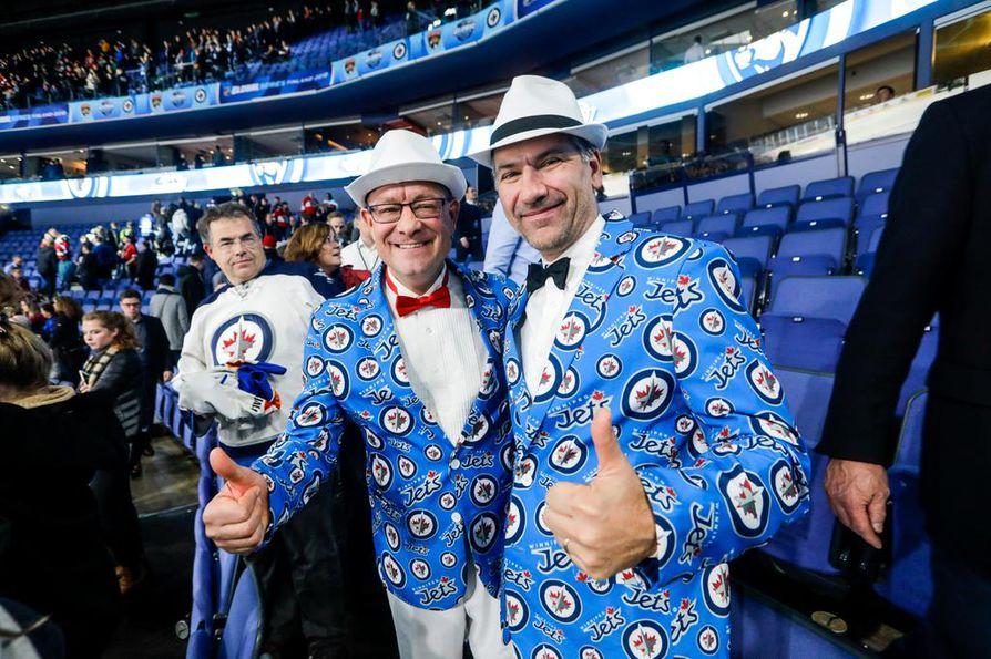 Suomeen lensi pieni määrä faneja myös seurojen kotikaupungeista. Kuvassa Winnipeg Jetsin kannattajia.