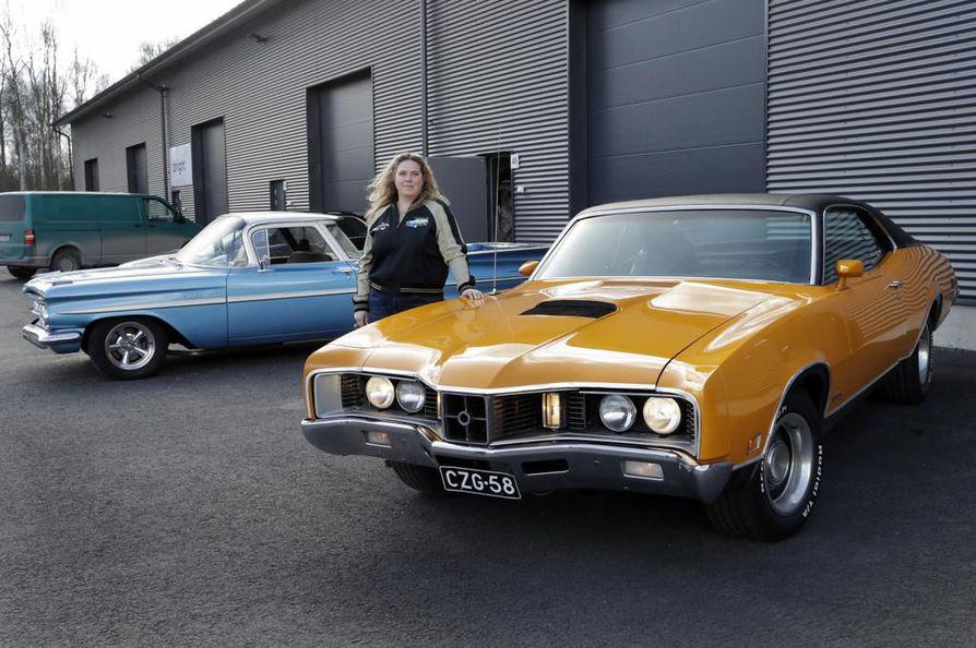 Piritta Mertala on harrastanut jenkkiautoja parinkymmenen vuoden ajan. Hänellä on tällä hetkellä kaksi omaa autoa, sininen Chevrolet El Camino sekä keltainen Mercury Cyclone GT.
