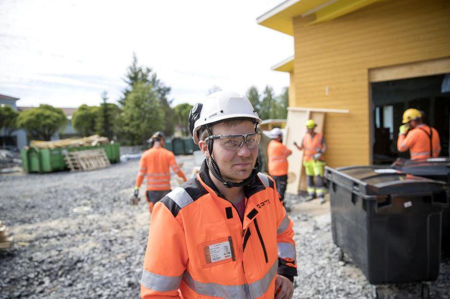 Lapti Oy:n vastaava työnjohtaja Jaakko Luonuansuu kertoo, että Kuivasjärven päiväkodin työmaalla on nollatoleranssi tapaturmille. – Meillä on kolme alihankkijaa. Perehdytämme työntekijät ja                    seuraamme heidän liikkumistaan työmaalla.