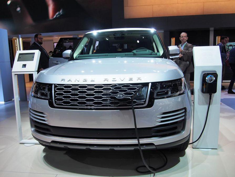 Range Rover Sport PHEV -lataushybridi osoittaa, että isokin maasturi voi liikkua kevyesti sähköllä. Toimintamatka akkuvoimalla on 50 kilometriä, ja latausaika on alle kolmesta yli seitsemään tuntiin. Latausaukko löytyy etumaskin kulmasta.