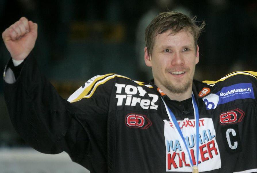 Ilkka Mikkola juhlimassa mestaruutta vuonna 2008.