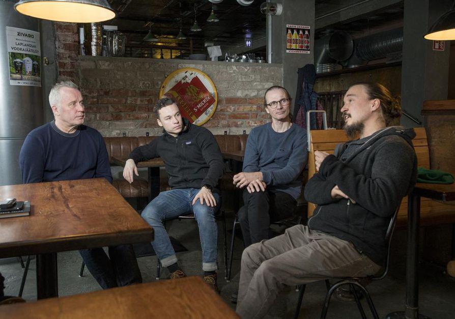 Ilpo Sulkala, Roope Sulkala, Eero Vuolukka ja Mikko Pohjola kokoontuivat keskustelemaan koronaviruksen aiheuttamasta tilanteestaan.