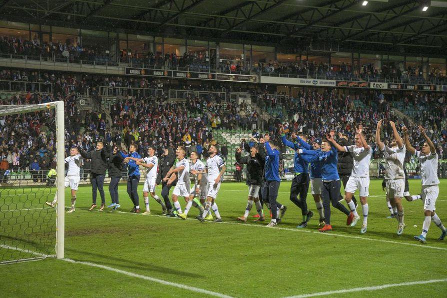 Suomen jalkapallomaajoukkue juhli Armenia-voittoa Turussa Kupittaan jalkapallostadionilla.