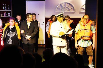 Taivalkoskelta Tallinnaan – Teatteri vie katsojat risteilylle kohellusten keskelle