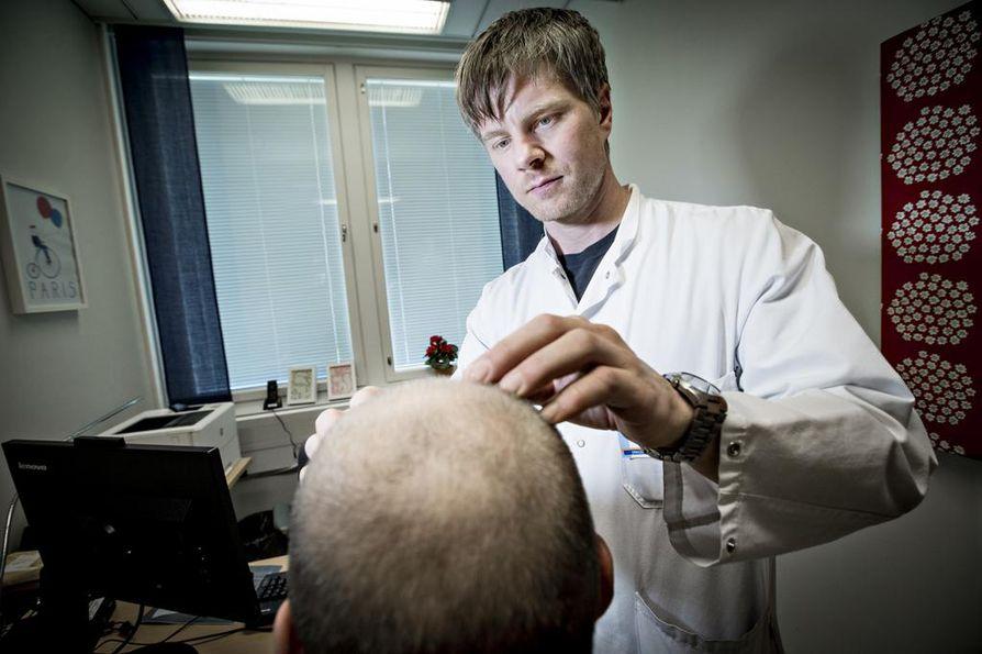 Okasolusyöpää todetaan miehiltä muun muassa päälaelta. Pohjoisen syöpäkeskuksen johtaja, Oulun yliopistollisen sairaalan erikoislääkäri Jussi Koivunen näkee vastaanotollaan pitkälle levinneitä ihosyöpiä. Erityisesti miehet pitkittävät lääkäriin lähtöä, joka näkyy pidemmälle levinneissä syövissä.
