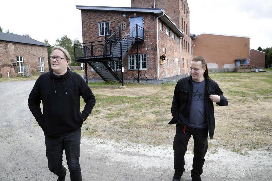 Vesa Rannan (vas.) ja Sami Lopakan tiet ovat kohdanneet monesti myös Sentencedin hajottua toistakymmentä vuotta sitten. Ranta on esimerkiksi kuvannut Lopakan nykyisen bändin Kypckin levynkansia ja musiikkivideon.
