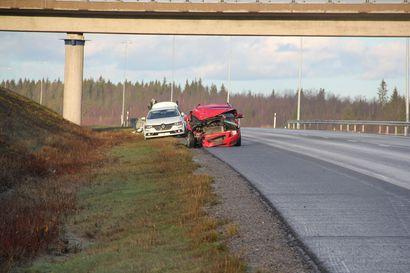 Iäkäs kuljettaja ajoi vastaantulevien kaistalla useita kilometrejä Kemi-Tornion moottoritiellä –seurauksena nokkakolari ja peräänajo