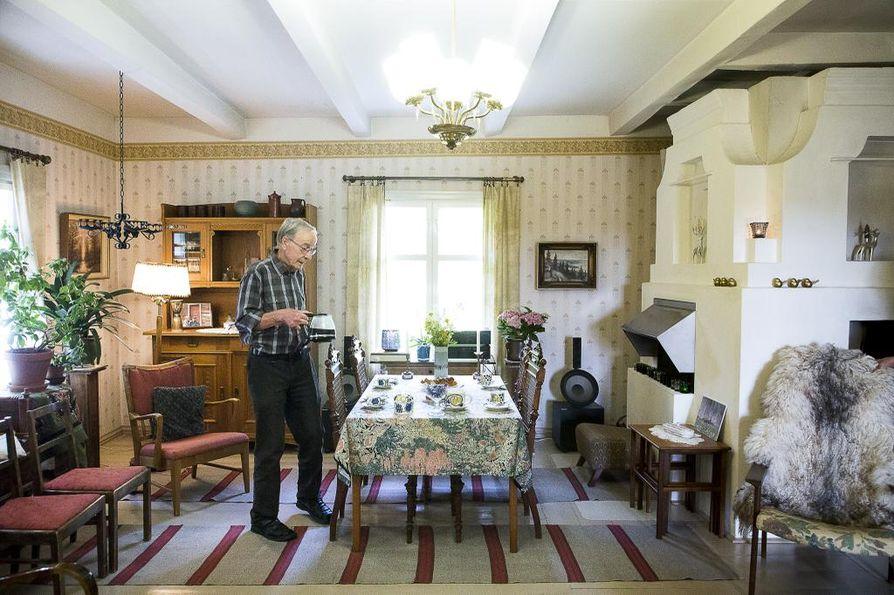 Olohuoneen pöytäkalusteet ovat kotoisin Saksasta, kattolamppu taas on Paavo Tynellin suunnittelema. Kuvassa Walter Röbbelen.