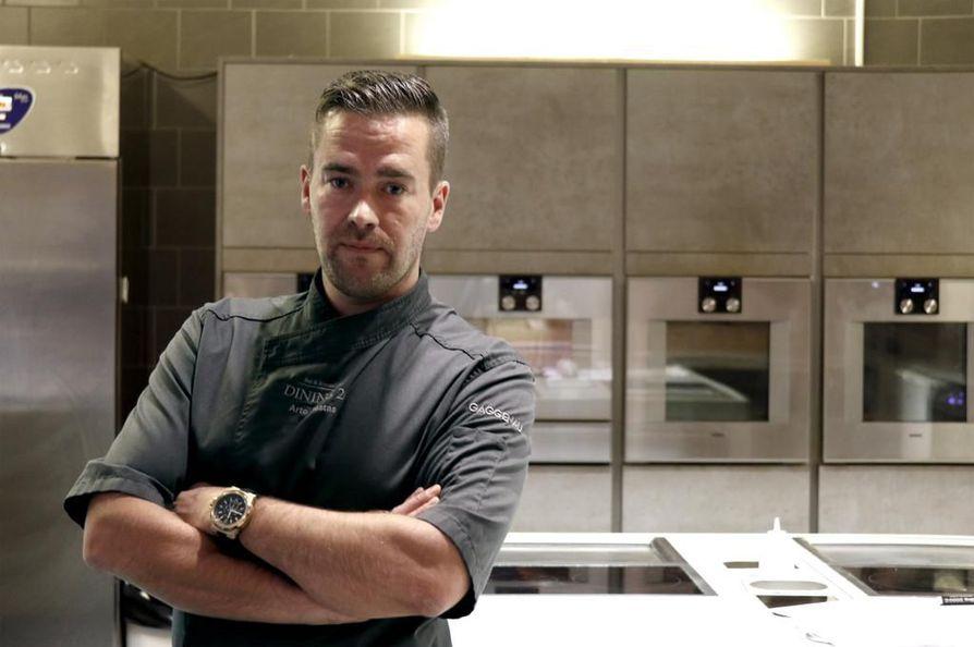 Dining 26 by Arto Rastas -ravintolan avokeittiötä koristavat lukuisat modernit uunit. Rastas käyttää kokkauksissaan mielellään molekyyligastronomian keinoja, mutta ei halua lokeroida itseään minkään tietyn tyylisuunnan edustajaksi.