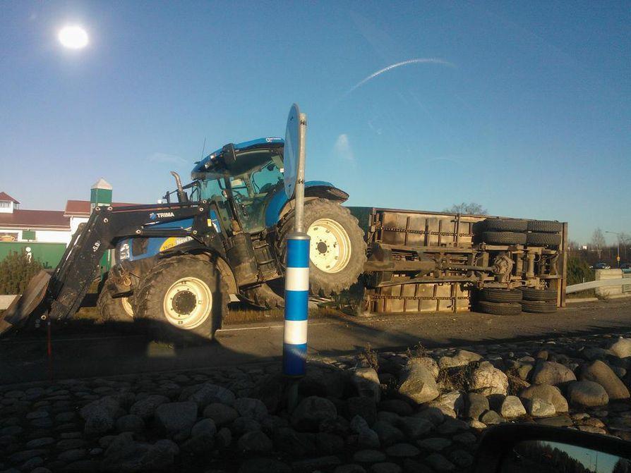 Tielle kaatunut perävaunu ruuhkauttaa liikennettä.