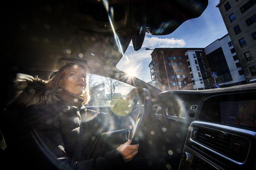 """""""Itse en ole juurikaan kohdannut omien ajotaitojeni vähättelyä"""", tutkija Ida Maasalo kertoo. Negatiivisen palautteen ja ajattelun kierre on siis mahdollista saada poikki, jos haluamme korjata ikiaikaisia sukupuolittuneita käsityksiämme kuljettajista."""