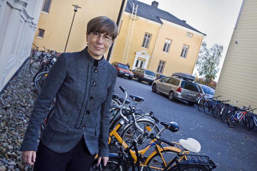 Helka-Liisa Hentilän mielestä kaupunkisuunnittelussa keskitytään liikaa autoilun sujuvuuteen.