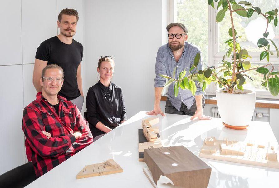 """""""Se, millaista kaupunkirakentamista toteutetaan, liittyy politiikkaan, rakennusvalvontaan ja kaavoitukseen. Näillä kaikilla on valta vaatia korkealuokkaista rakentamista"""", sanovat Alt Arkkitehtien osakkaat Tuomas Niemelä (vas.) ja Antti Karsikas (oik.). Kuvassa keskellä myös yrityksen työntekijät Jyri Fält ja Anniina Valjus."""