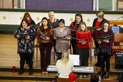 """Laura Alasaarela soittaa kauneimpia joululauluja useita kertoja joka vuosi, mutta hän ei kyllästy niihin koskaan: """"Joululaulut ovat kanttorillekin yhtä juhlaa """""""