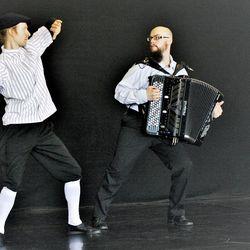 Digiharmonikan maailmanmestari Toni Perttulan käsissä haitari taipuu vaikka sirkukseen