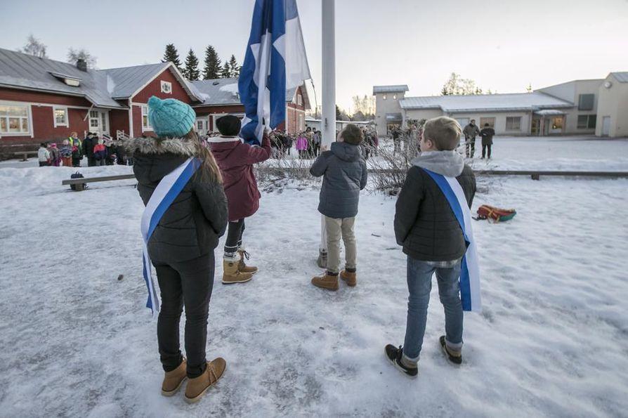 Salonpään koululaiset kokoontuivat tiistaina koulun pihalle juhlistamaan Suomen satavuotista itsenäisyyttä lipunnostolla ja Maamme-laululla. Lipun nostajana toimi Artturi Ervasti, kantajana Irina Helin ja airueina Sonja Haukipuro ja Aarre Ronkainen.