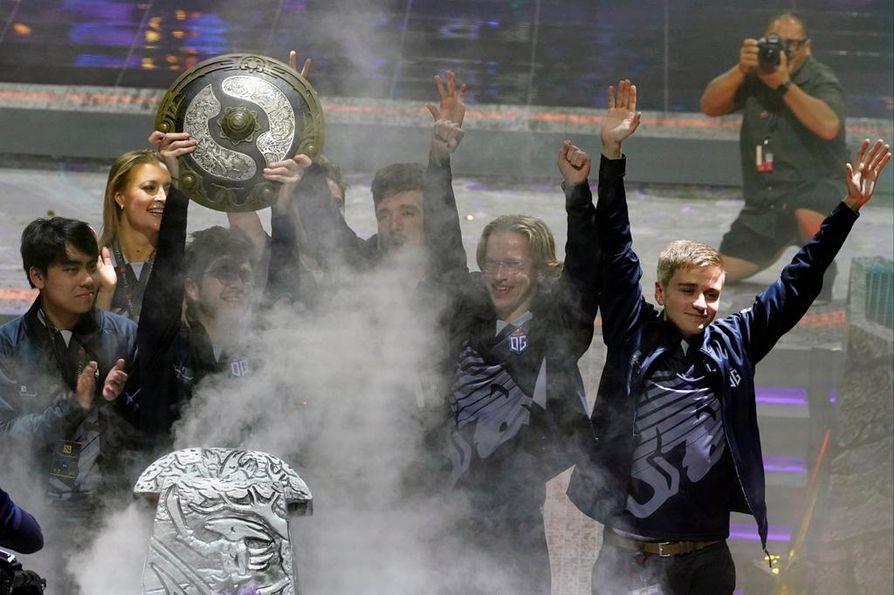 Topias Taavitsainen (2. oik.) juhli Dota 2 -tietokonepelin maailmanmestaruutta Shanghaissa Team OG:n kanssa. Mestaruus oli haukiputaalaislähtöiselle Taavitsaiselle jo toinen perättäinen.