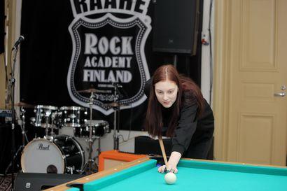 Nuorten äänitorvena – nuorisovaltuuston puheenjohtaja Noora Okkonen unelmoi Raahen jatkuvassa kylmässä tuulessa Australian lämmöstä