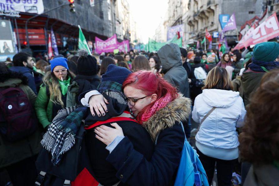 Argentiinassa tehtiin keskiviikkona historiaa, kun maan parlamentti hyväksyi tiukassa äänestyksessä sallia abortin 14. raskausviikolle asti.