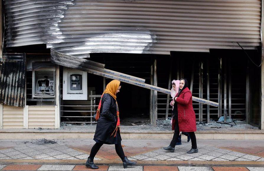 Shahriarin kaupungissa Iranissa tuhottiin protestien aikana muun muassa liikehuoneistoja.
