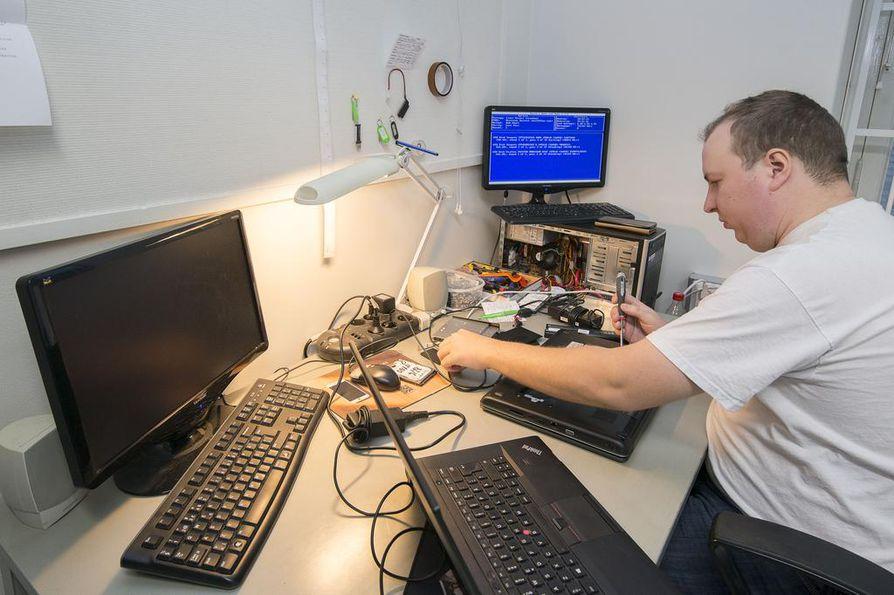 Myyjä-korjaaja Pekka Rouvali huoltaa tietokoneita ja puhelimia Koneet kiertoon -yrityksessä.